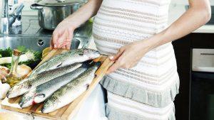 Bà bầu nên bổ sung thực phẩm giàu vitamin A, D như cà rốt, bí đỏ, trứng gà, hải sản để phòng tránh dị ứng thai kì.