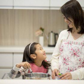 Mẹ Nhật là người mẹ Á Đông, họ hướng con gái học cách tự lập nhưng vẫn biết yêu thương, đoàn kết cùng mọi người.
