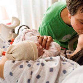 Sau khi trải qua cuộc vượt cạn nguy hiểm, sự quan tâm chăm sóc động của người chồng khiến sản phụ được tiếp thêm sức mạnh, giảm bớt những đau đớn.