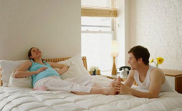 Khi bị chuột rút chị em cần bình tĩnh ngồi xuống nghỉ ngơi hoặc nhờ ông xã massage chân một lúc.