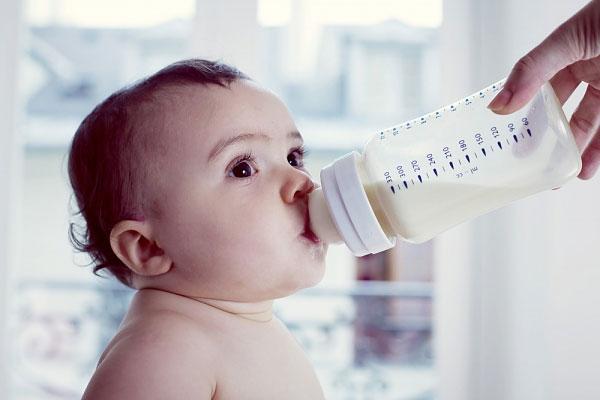 Nhiều em bé bị tước bỏ quyền lợi được hưởng dòng sữa mẹ vì mẹ bé lo hỏng dáng. Thay vào đó các bé phải chấp nhận làm quen với sữa công thức ngay từ khi mới sinh.